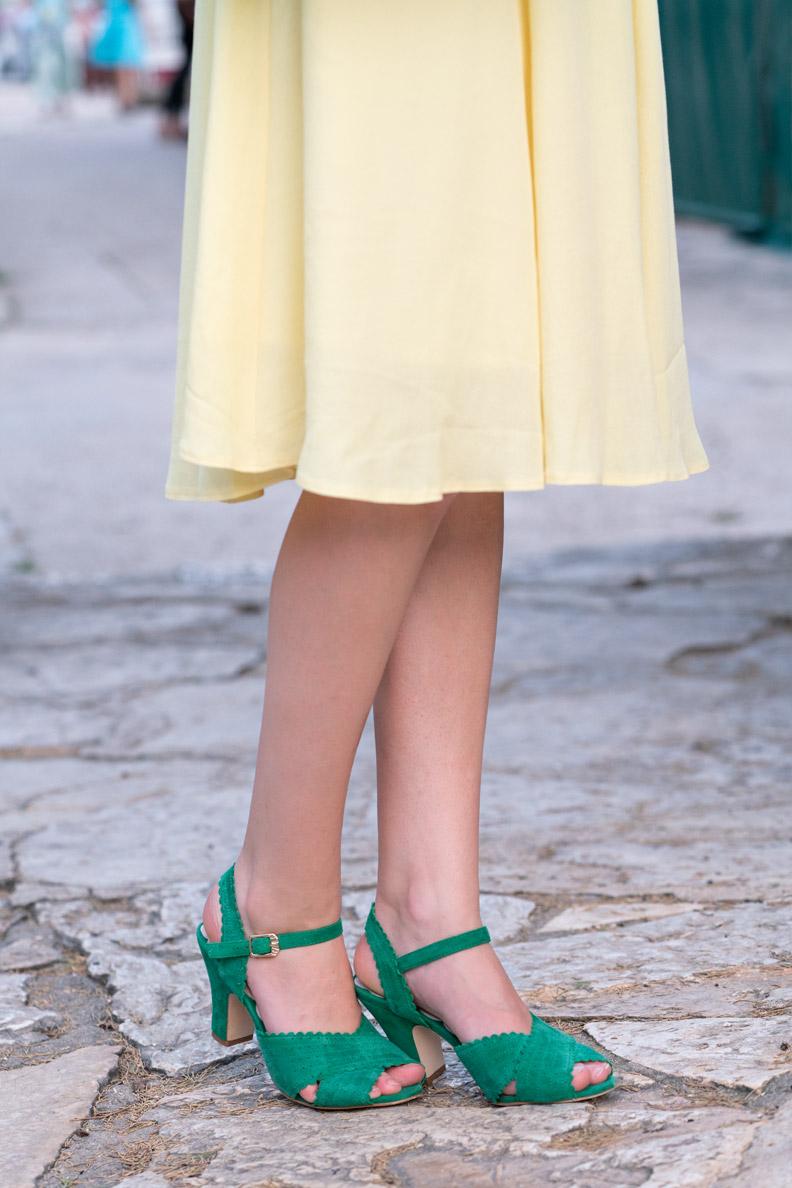 RetroCat mit grünen Sandalen und einem gelben Sommerkleid