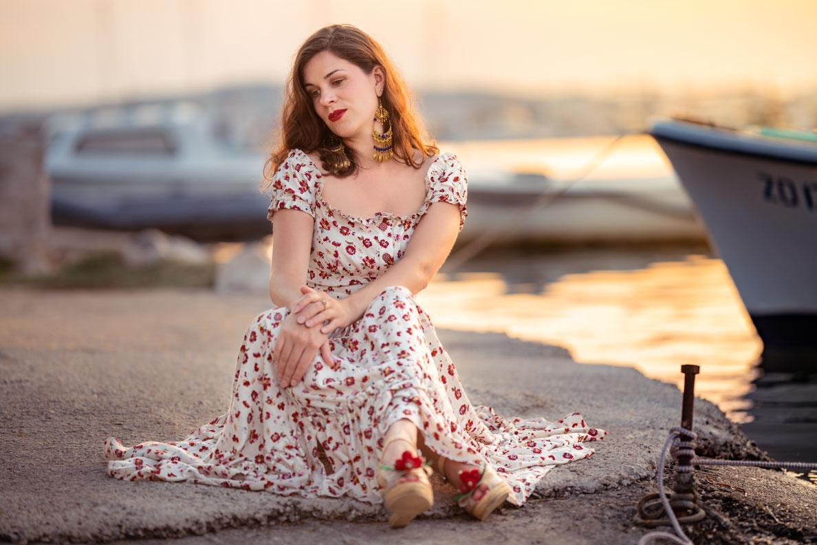 Bloggerin RetroCat mit Wedges und einem floralen Maxikleid von Lena Hoschek