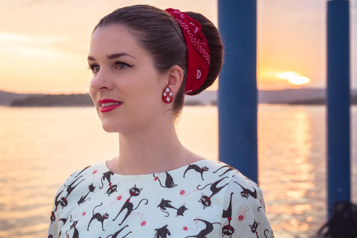 Mode-Bloggerin RetroCat mit buten Ohrclips von Glitter Paradise vor dem Sonnenuntergang