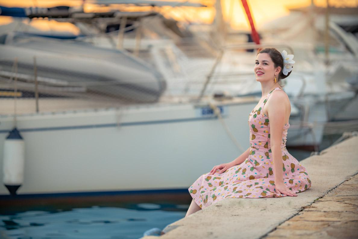 RetroCat in einem Urlaubs-Outfit von Banned Apparel am Hafen in Kroatien