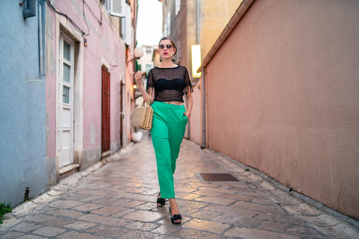 Mode-Bloggerin RetroCat mit Caprihose, Lena-Hoschek-Top, Sonnenbrille und Korbtasche in Zadar
