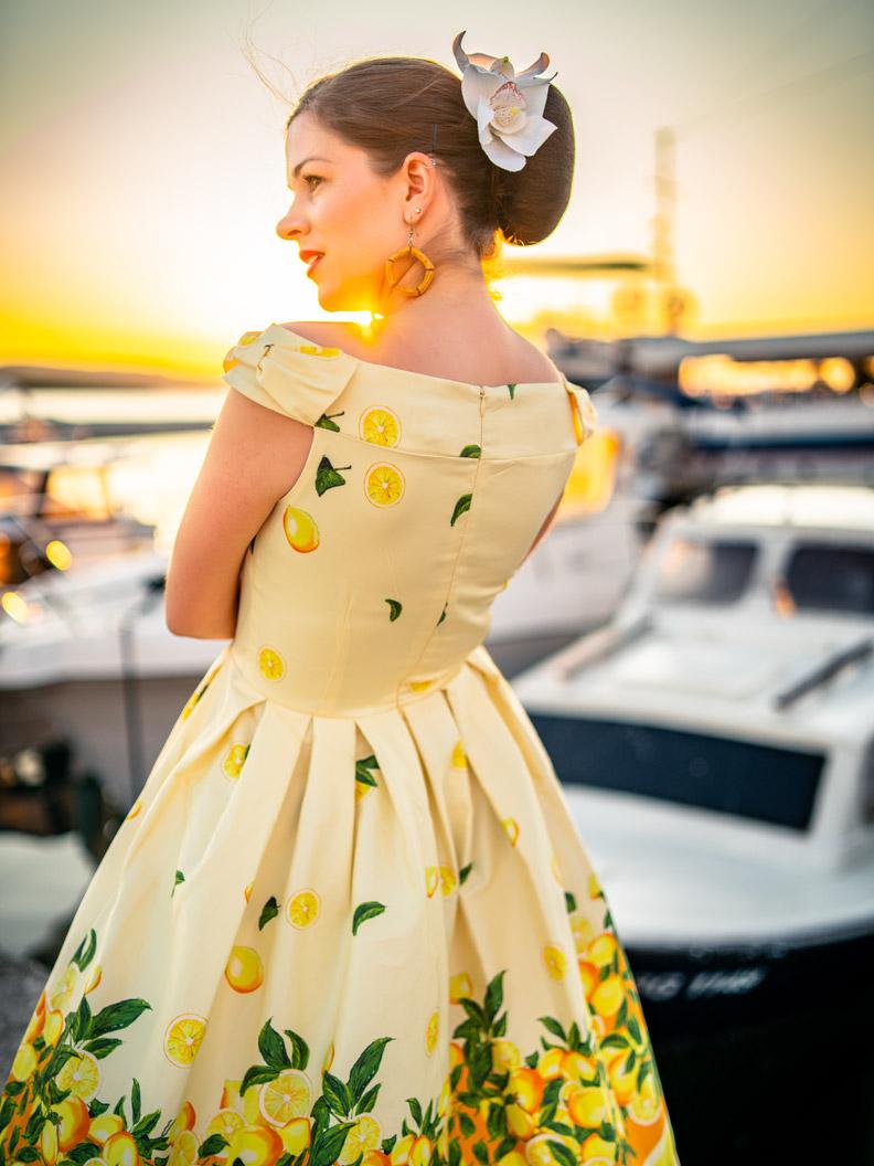 RetroCat in einem gelben Zitronen-Kleid von Lindy Bop am Hafen von Biograd na Moru