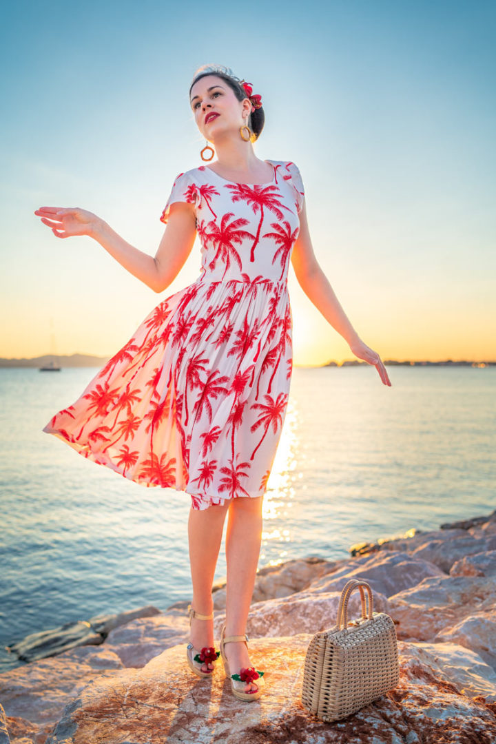 RetroCat in einem flatternden Palmen-Kleid von Grünten Mode im Sommerurlaub in Kroatien