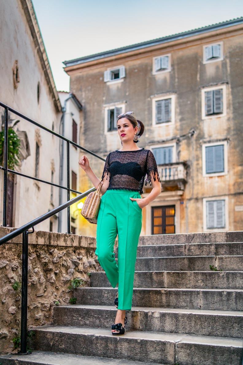 RetroCat mit grüner Caprihose, transparentem Spitzentop von Lena Hoschek und einem schwaren BH in Zadar
