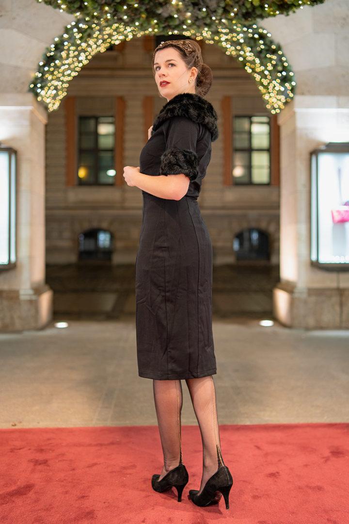 Glamouröse Strümpfe: RetroCat trägt Strapsstrümpfe mit goldener Naht von Secrets in Lace