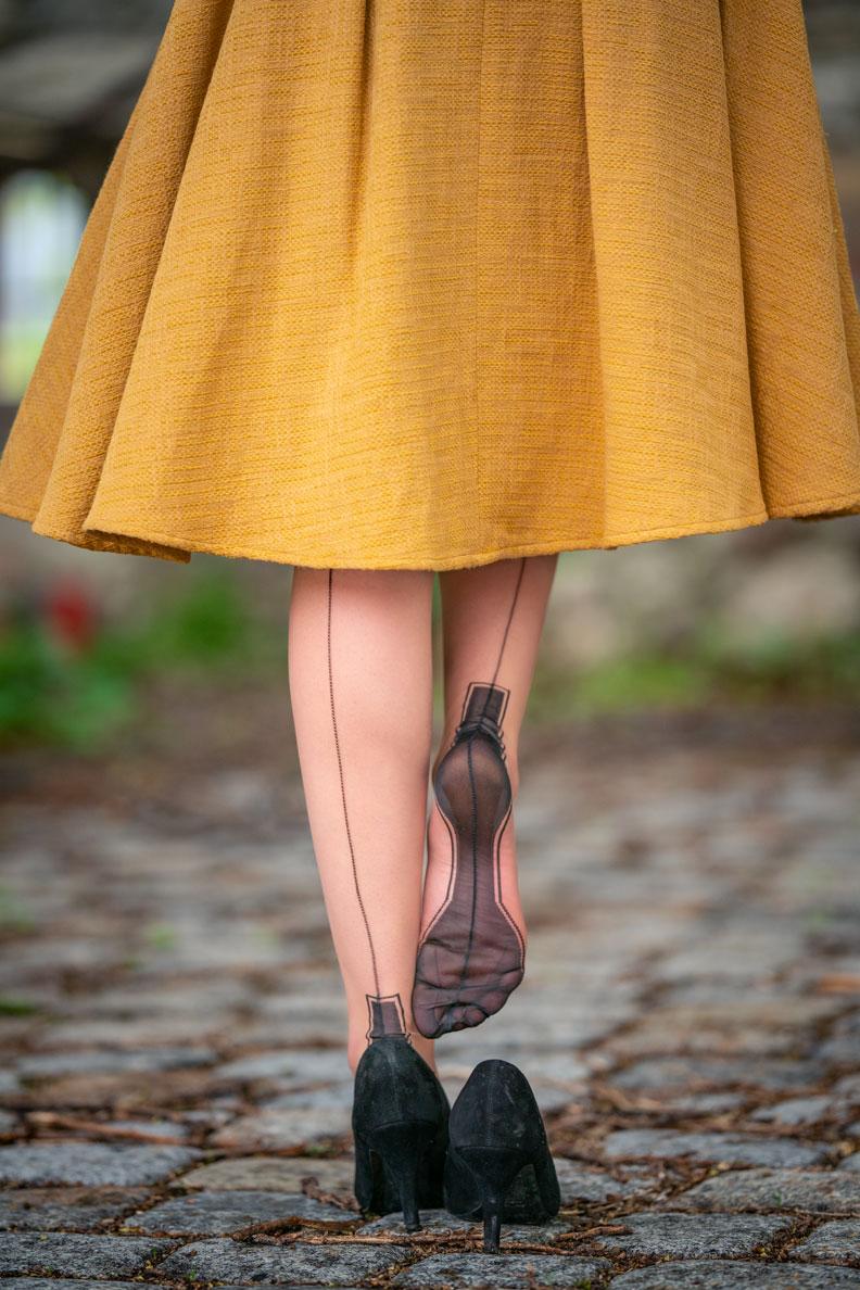 Glamouröse Strümpfe: RetroCat trägt die Secrets in Lace Outline Heel Strümpfe zu einem gelben Rock