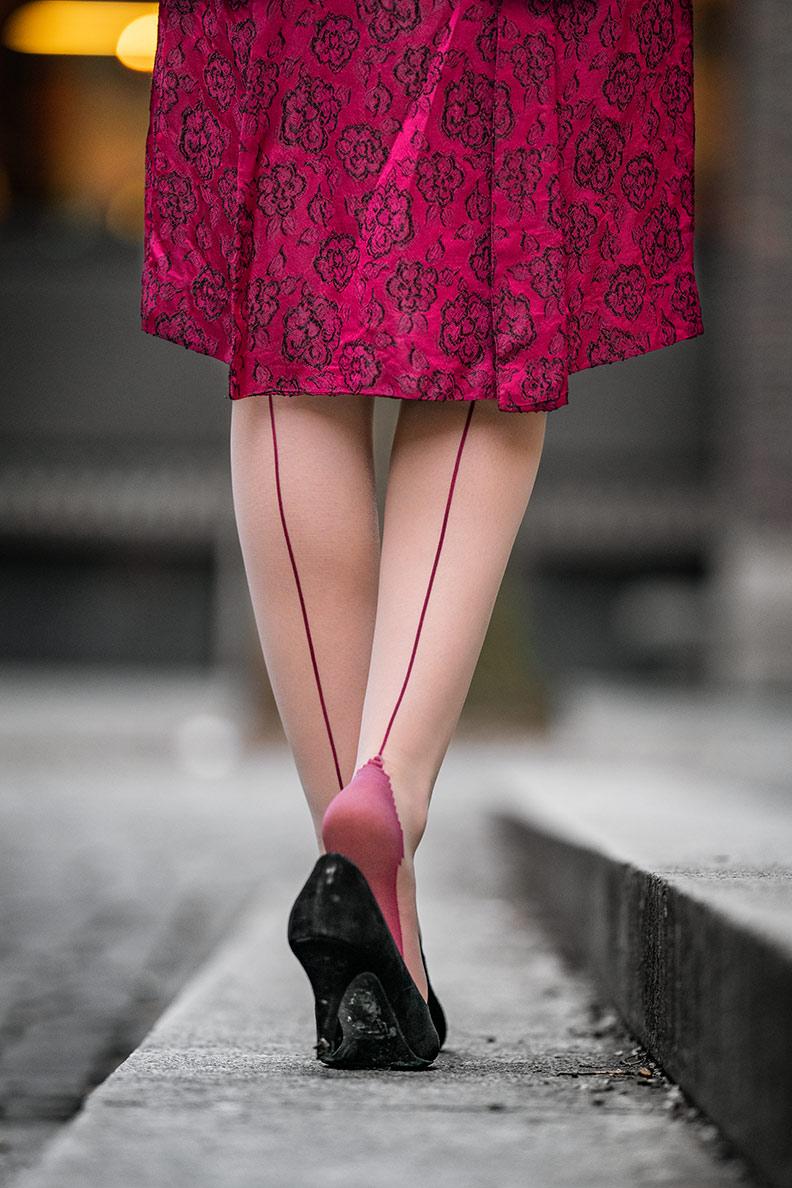 RetroCat mit What Katie Did Strümpfen mit roter Naht sowie einem passenden Vintage-Kleid