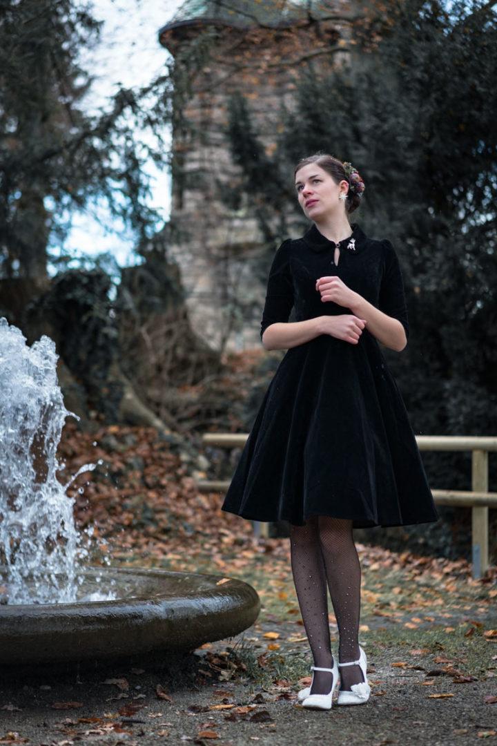 RetroCat mit schwarzem Kleid und glitzernder Strumpfhose von Calzedonia