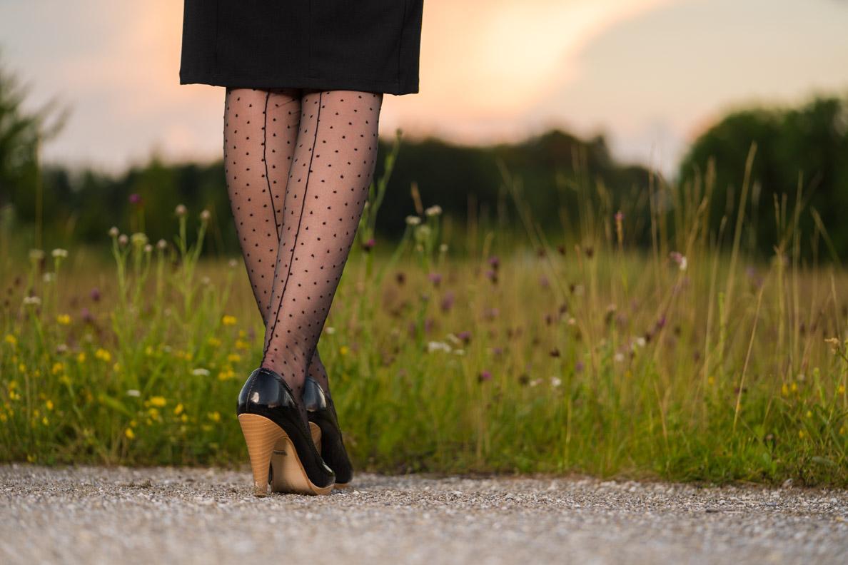 Strumpfhosentrends 2019: Bloggerin RetroCat mit einer schwarzen Strumpfhose mit Polka-Dots