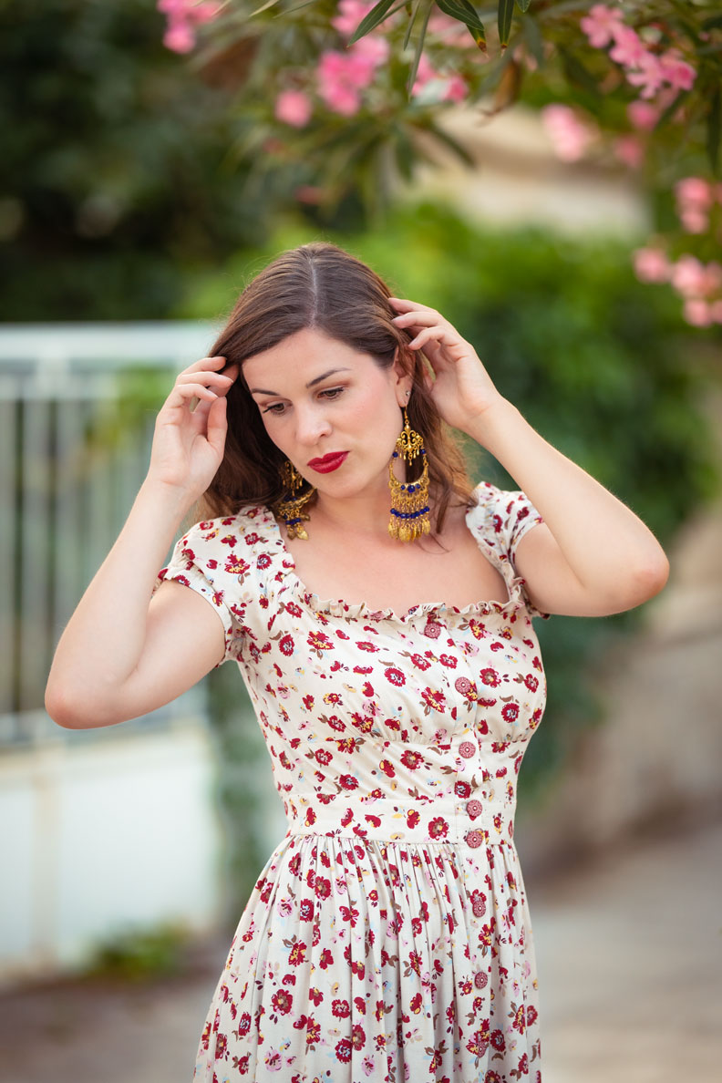 Accessoires für den Spätsommer: Mode-Bloggerin RetroCat mit goldenen Boho-Ohrringen