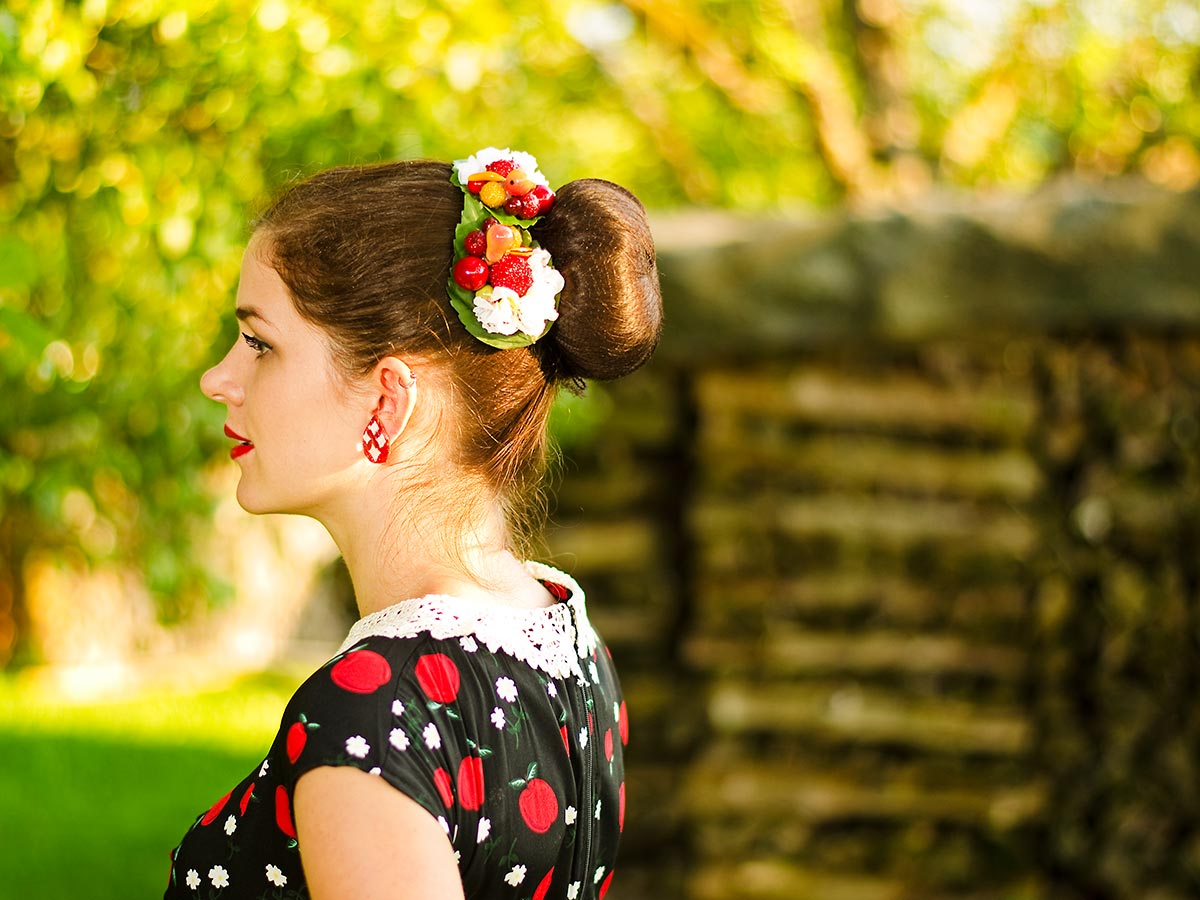 Accessoires für den Spätsommer: RetroCat mit Haarblume und Früchten passend zum Dutt