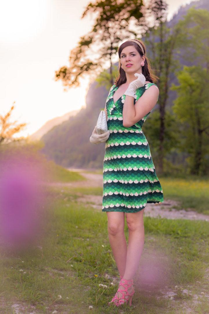 Perfekt für den Spätsommer: RetroCat mit einem grünen Kleid und breiten Haarreif