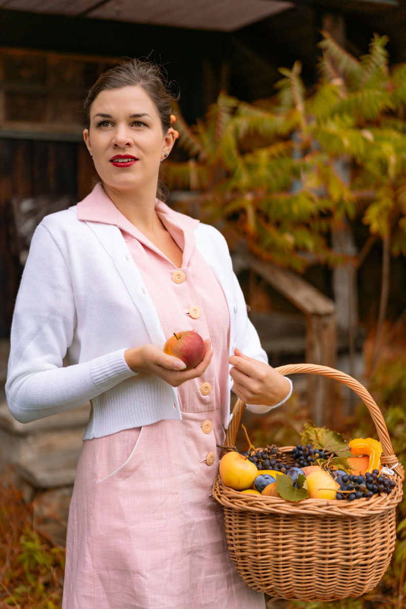 Accessoires für den Spätsommer: RetroCat mit einem Korbst voll Obst und einem Retro-Outfit