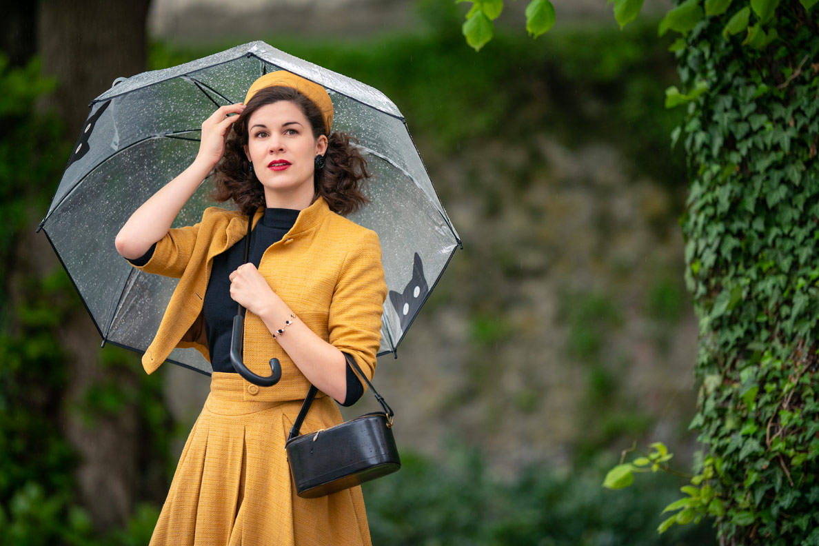 Accessoires für den Spätsommer: Vintage-Bloggerin RetroCat mit einem transparenten Regenschirm