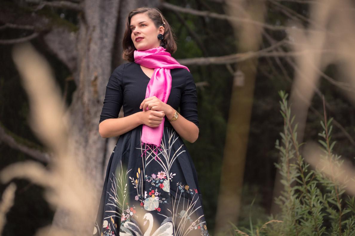 Vintage-Bloggerin RetroCat mit einem leichten, pinken Schal im Spätsommer