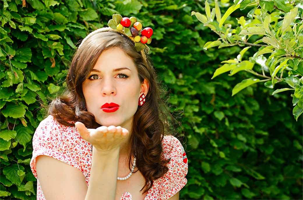 RetroCat trägt einen Haarreif mit Früchten aus den 50ern