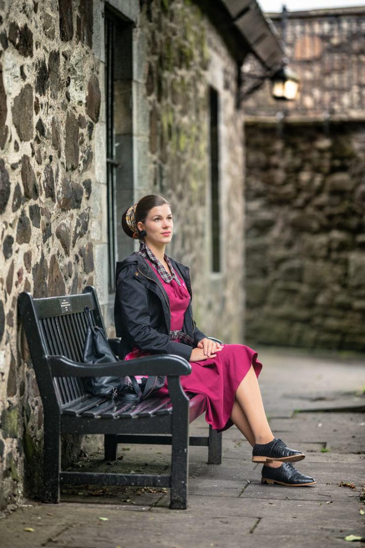 RetroCat mit Regenjacke und pinkem Retro-Kleid auf Stirling Castle