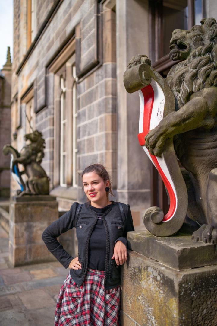 Schottland Packliste: RetroCat mit schwarzer Jacke und Tartan-Rock an der Uni in Aberdeen