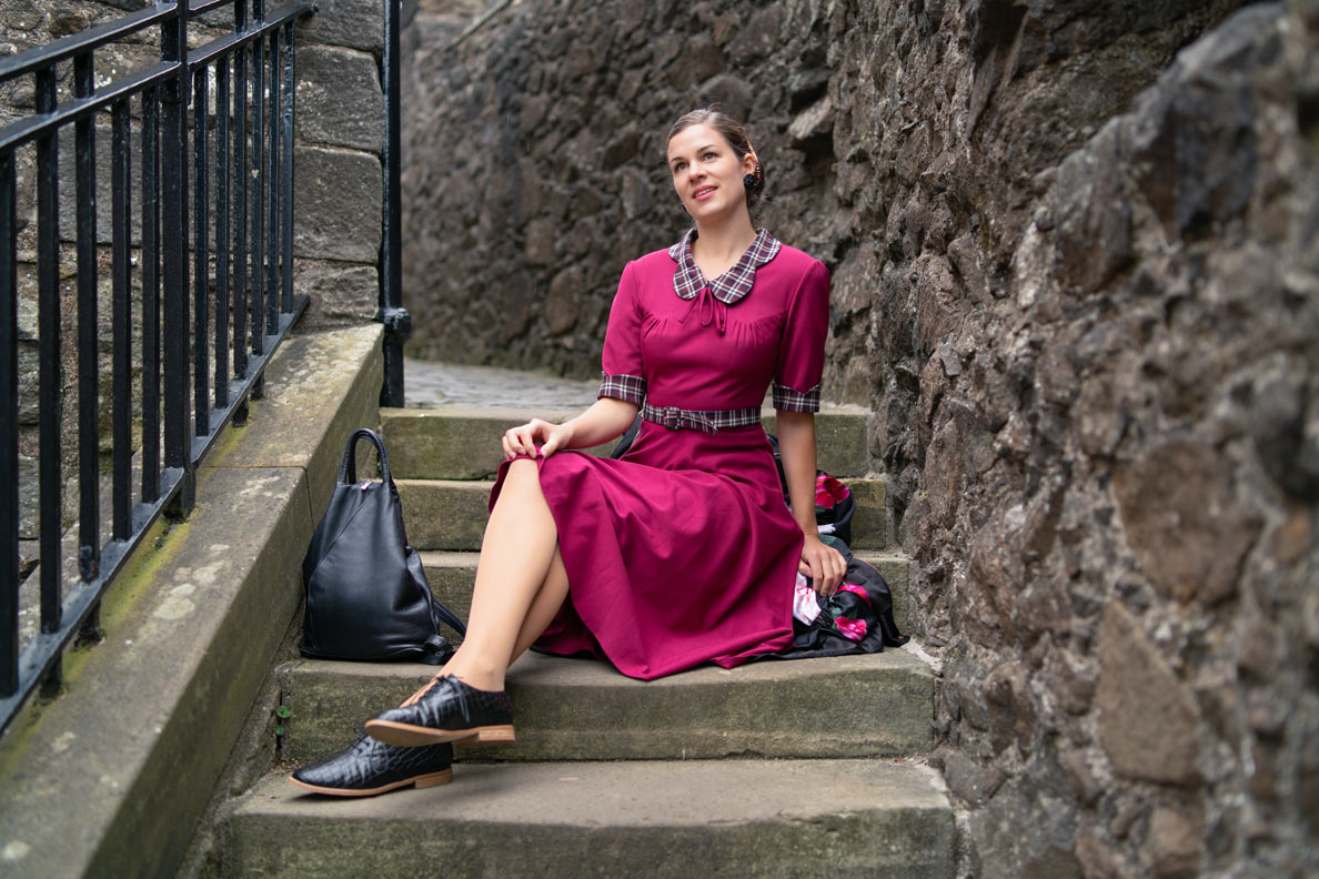 Vintage-Mode-Bloggerin RetroCat mit pinkem Kleid im Retro-Stil auf Stirling Castle