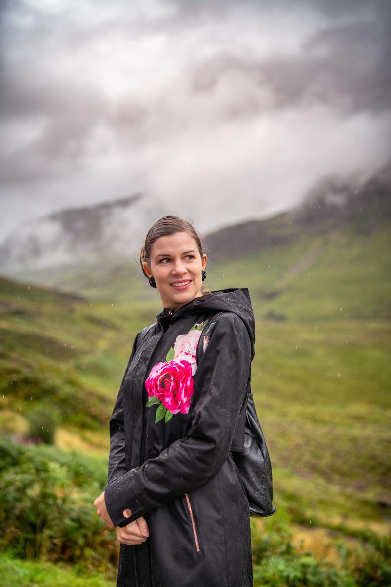 Outfit-Packliste für Schottland: RetroCat mit Regenjacke im Tal von Glen Coe