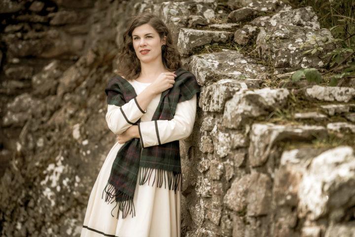 RetroCat mit beigem Kleid und Tartan-Schal inspiriert von Clair Beauchamp Randall Fraser aus Outlander