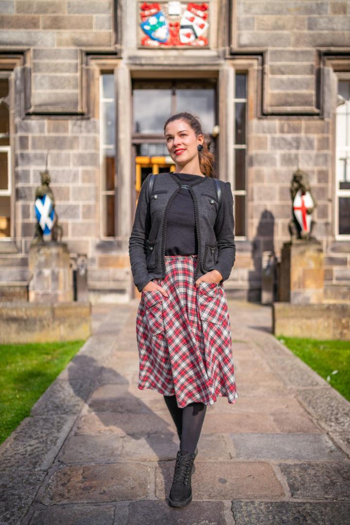 RetroCat mir Karo-Rock und schwarzer Jacke an der Universität in Aberdeen