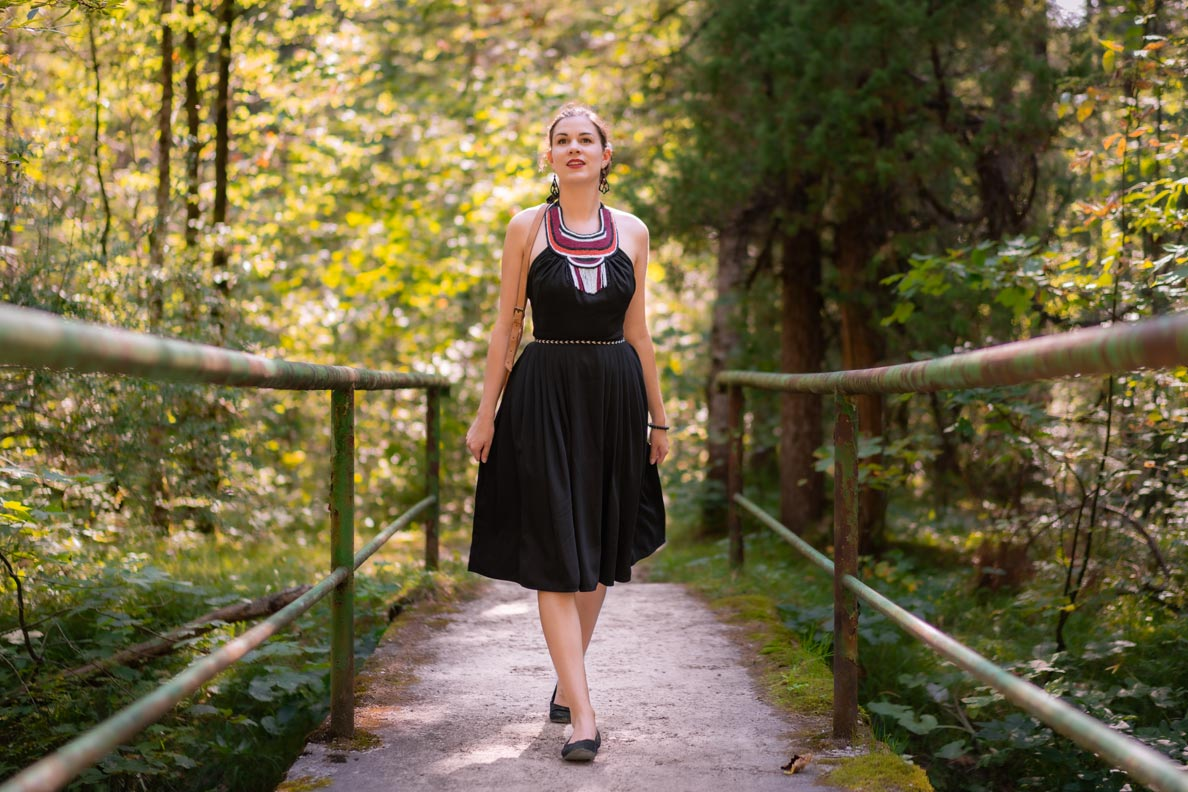 RetroCat beim Waldspaziergang mit einem schwarzen Kleid von Lena Hoschek