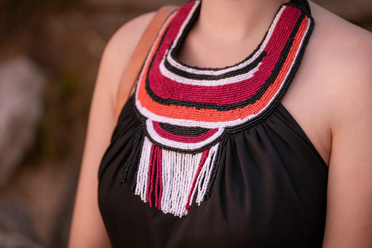 Der Perlenkragen vom Lena Hoschek Kleid aus der Afrika-Kollektion in der Detailansicht