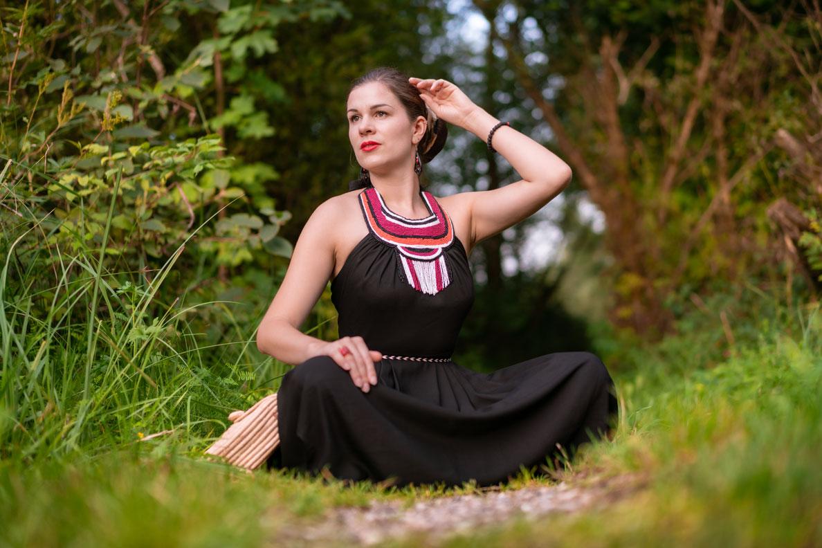 RetroCat in einem schwarzen Sommerkleid aus der Afrika-Kollektion von Lena Hoschek