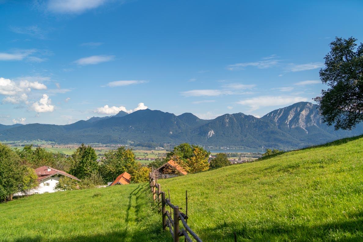 Der Blick über die Alpen im Freilichtmuseum Glentleiten, rund eine Stunde südlich von München