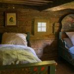 Ein historisches Kinderzimmer in einem alten Bauernhaus