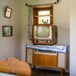Ein alter Fernseher ausgestellt im Museum Glentleiten in einem originalgetreuen Wohnzimmer