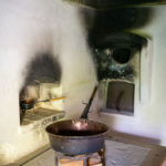 Eine Feuerstelle in der historischen Küche eines alten Bauernhauses