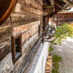 Der Giebel eines alten Bauernhauses in der Detailansicht