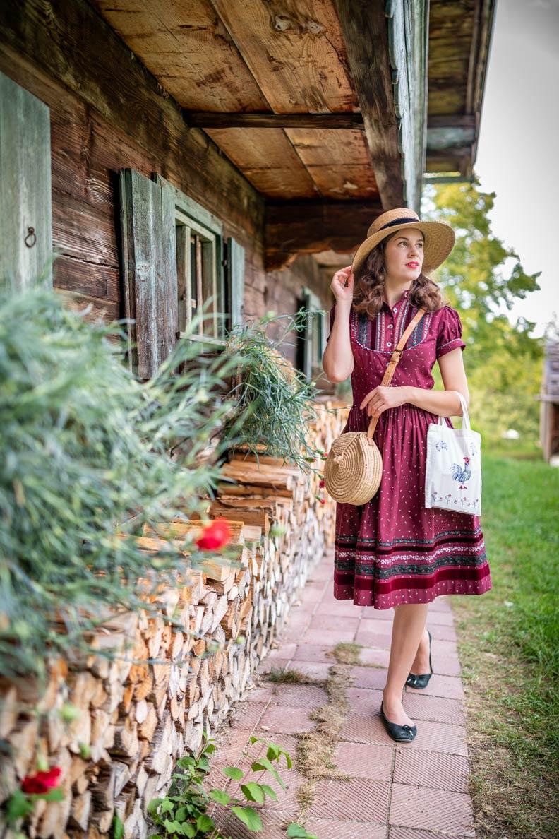 RetroCat mit dem Gretl-Kleid von Lena Hoschek und einem Strohhut im Museum Glentleiten
