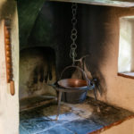 Ein alter Kupferkessel in der historischen Küche eines alten Bauernhauses in Oberbayern