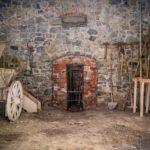 Ein historisches Gerätelager mit Wagen und Spaten im Freilichtmuseum