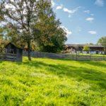Eine typische Wiese zwischen den alten Bauernhäusern im Museum Glentleiten