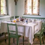 Die gute Stube mit gedecktem Tisch im Museum Glentleiten