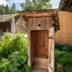 Ein altes Toilettenhäuschen bzw. Plumpsklo im Freien