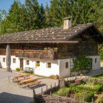 Ein historisches Bauernhaus mit Kräutergarten im Freilichtmuseum Glentleiten