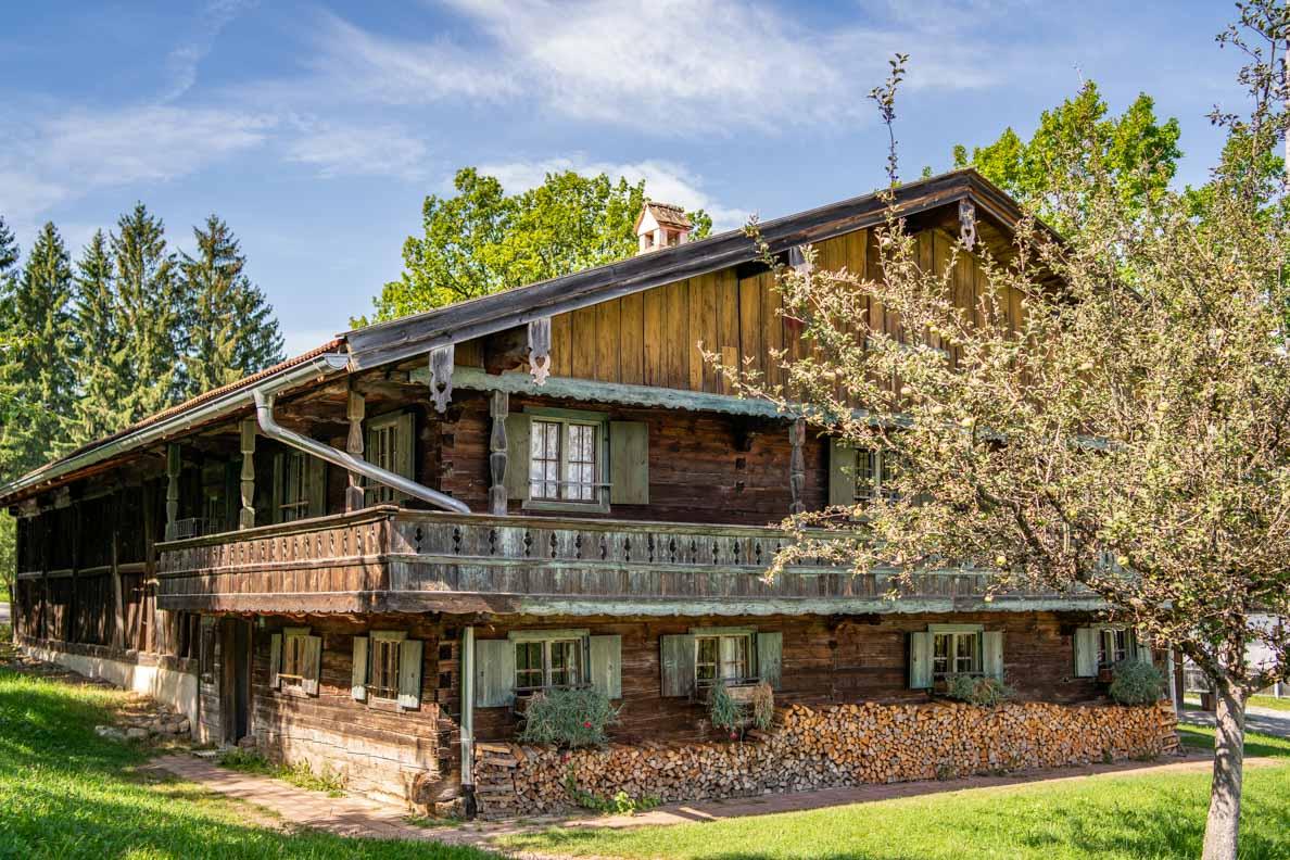 Ein historisches Bauernhaus im Freilichtmuseum Glentleiten in Großweil