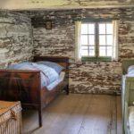Blick in ein altes Bauernhaus-Kinderzimmer