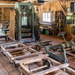 Blick in ein historisches Sägewerk im Museum Glentleiten