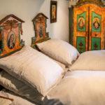 Ein historisches Gästeschlafzimmer mit Brautmöbelensemble
