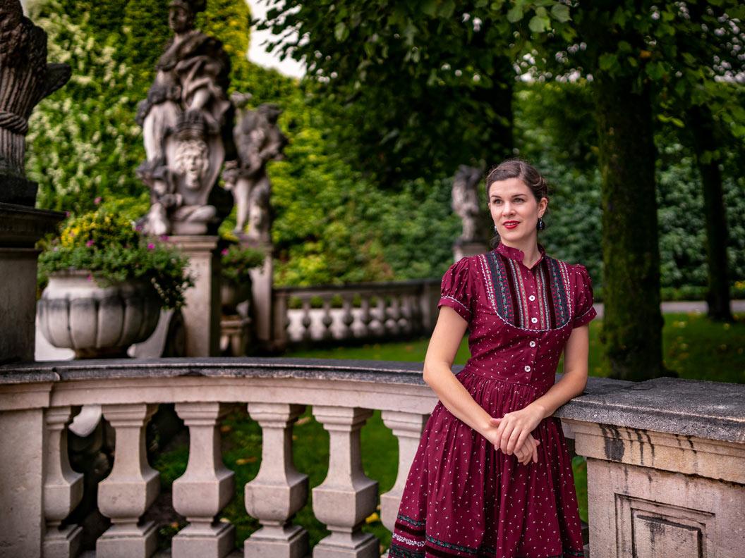 Sandra vom Vintage-Blog RetroCat im dunkelroten Kleid Gretl von Lena Hoschek Tradition in Salzburg/Österreich