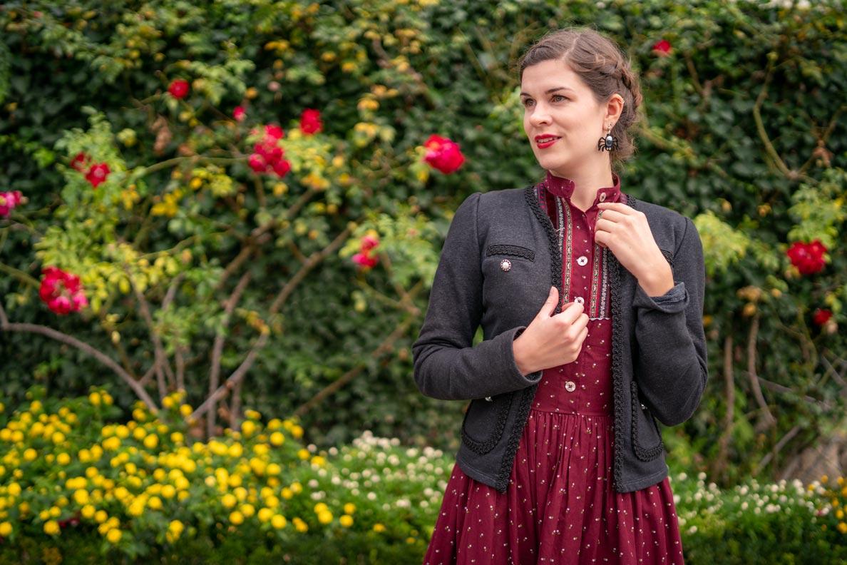 RetroCat mit dem Gretl Kleid von Lena Hoschek Tradition und einer schwarzen Jacke
