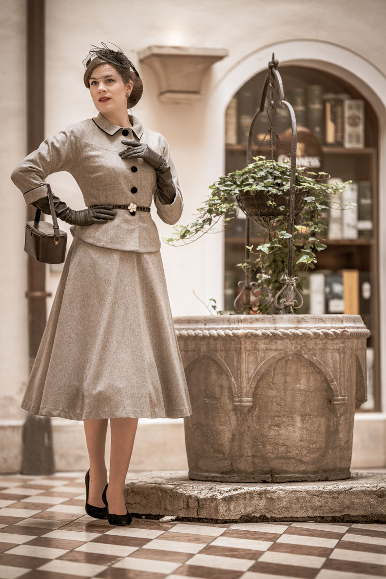 Vintage-Mode-Bloggerin RetroCat in einem eleganten 50er-Jahre-Outfit von Ginger Jackie