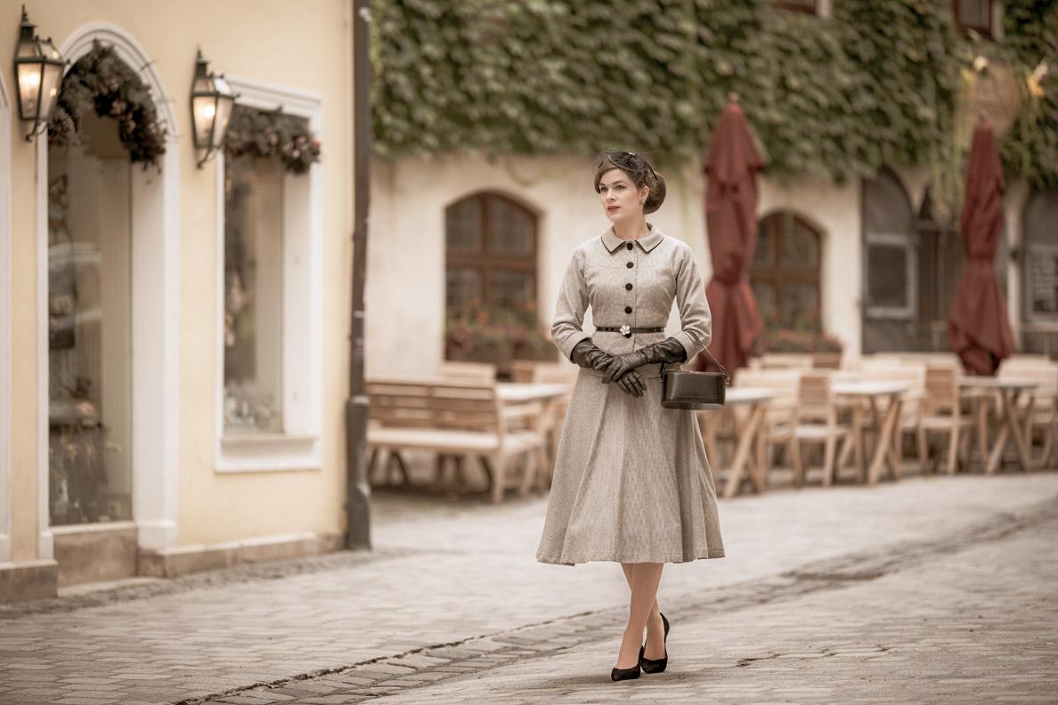 Sandra vom Vintage-Blog RetroCat in einem Kostüm von Ginger Jackie unterwegs in München