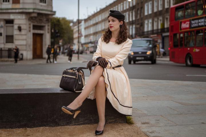RetroCat in einem 50er-Jahre-Outfit mit großer Handtasche in London